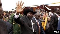Presiden Sudan selatan Salva Kiir (melambai) melakukan kunjungan pertama ke Khartoum sejak kemerdekaan Sudan selatan.