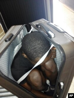Photo prise par la Garde civile espagnole d'un migrant gabonais de 19 ans caché dans une valise le 30 décembre 2016 à Ceuta.