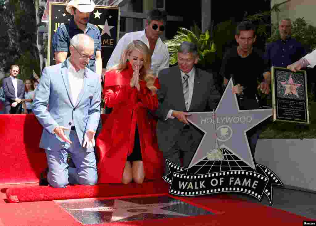 کری آندر وود خواننده سبک موسیقی کانتری آمریکا صاحب ستاره ای در بلوار مشاهیر هالیوود در لس آنجلس شد.