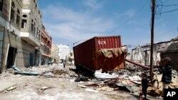 Casas destruidas pelo ataque aéreo no Iémen.