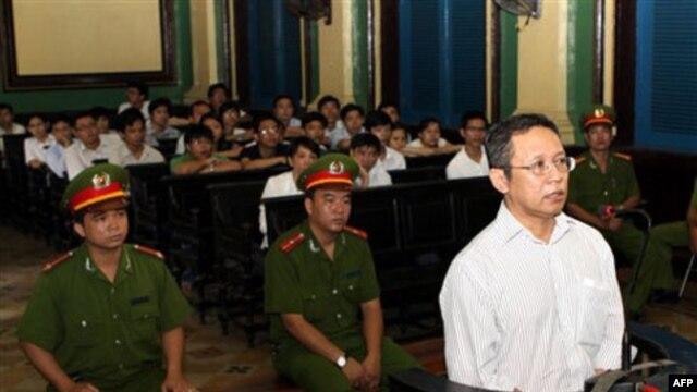 Tại phiên sơ thẩm ngày 10/8, tòa phán quyết rằng 33 bài viết của ông Hoàng phổ biến trên mạng là bôi nhọ hình ảnh của đất nước.