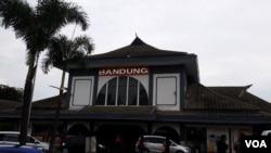 印尼第三大城市万隆现在的火车站。(美国之音朱诺拍摄,2016年2月28日)