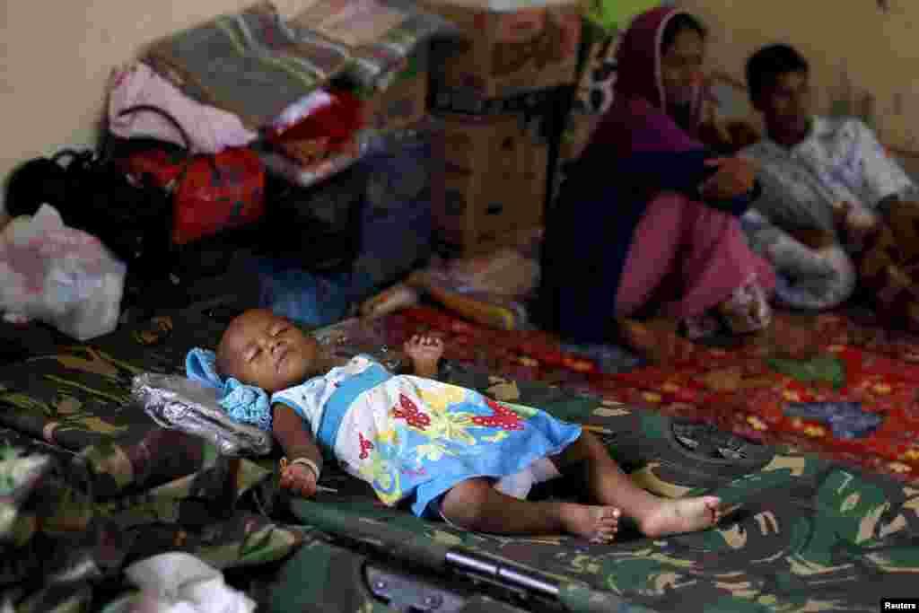 កុមារជនជាតិភាគតិចរ៉ូហ៊ីងយ៉ា (Rohingya)ម្នាក់ដែលទើបតែមកដល់ប្រទេសឥណ្ឌូនេស៊ីតាមរយៈទូក គេងលក់នៅក្នុងជម្រកមួយ នៅក្រុង Langsa ខេត្ត Aceh ប្រទេសឥណ្ឌូនេស៊ី កាលពីថ្ងៃទី១៩ ខែឧសភា ឆ្នាំ២០១៥។