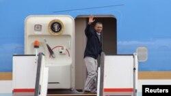 Predsednik SAD Barak Obama ulazi u predsednički avion na aerodromu u Amanu