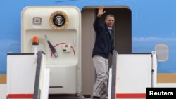 U.S. President Barack Obama waves as he boards Air Force One at the airport in Amman March 23, 2013.