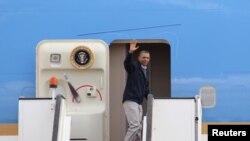 奥巴马总统3月23日在安曼机场登上空军一号座机时,向人们招手