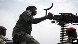 Un soldat du gouvernement avec une mitraillette dans les mains, près de Malakal, Soudan du sud, 24 février 2015.
