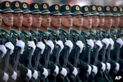 Tentara Tentara Pembebasan Rakyat China dalam formasi barisan selama parade memperingati 70 tahun berdirinya Republik Rakyat China di Beijing, 1 Oktober 2019.