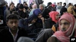 صدها شهروند سوری در انتظار ثبت نام و انجام امور پناهجویی در نمایندگی سازمان ملل متحد در بیروت پایتخت لبنان - بهمن ۱۳۹۵