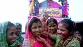 Tục lệ Ấn Ðộ là phải có của hồi môn cho nhà chồng, tuy là bất hợp pháp, nhưng là một lý do nữa khiến phụ nữ muốn phá thai.