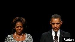 바락 오바마 미국 대통령(오른쪽)이 6일 워싱턴에서 열린 국가조찬기도회에서 부인 미셸 오바마 여사와 함께 기도하고 있다. 오바마 대통령은 이 날 연설에서 북한에 억류 중인 한국계 미국인 케네스 배 씨의 석방을 위해 모든 노력을 기울일 것이라고 말했다.