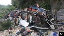 절벽으로 추락한 버스의 잔해(자료사진)