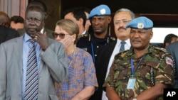 Le lieutenant-général Johnson Mogoa Kimani Ondieki du Kenya, à droite, debout à côté d'Ellen Loj, centre, représentant spécial du Secrétaire général de l'ONU, et d'un membre non identifié du gouvernement du Sud-Soudan, à Juba, au Sud-Soudan, 2 septembre 2
