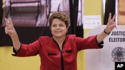 투표를 마친후 승리의 제스처를 취하는 집권 노동자당(PT)의 딜마 호세프(62) 후보