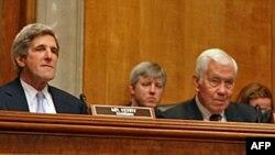 Predsedavajući senatskog odbora za spoljne odnose, senator Džon Keri (levo)