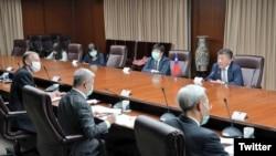 台湾卫生部长陈时中(上排右1)2020年4月27日在台湾外交部与美国卫生部长阿扎尔举行电话会议,下排左1为郦英杰(台湾外交部推特)