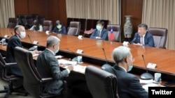 台灣衛生部長陳時中(上排右1)2020年4月27日在台灣外交部與美國衛生部長阿扎爾舉行電話會議,下排左1為酈英傑(台灣外交部推特)