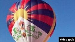 英国布里斯托城举办的国际热气球节中,一个画有西藏雪山狮子旗的热气球升空(视频截图)