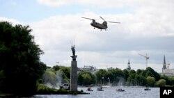 Архів: Гелікоптер Армії США здійснює політ поблизу Гамбурга