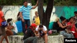 Des proches des prisonniers attendent les nouvelles de leurs devant l'Institut médical légal après une mutinerie meurtrière dans la prison de Manaus (nord du Brésil), 2 janvier 2017.