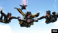 Corc H.U. Buş 90-cı ad gününü paraşütdən atılmaqla qeyd edir.