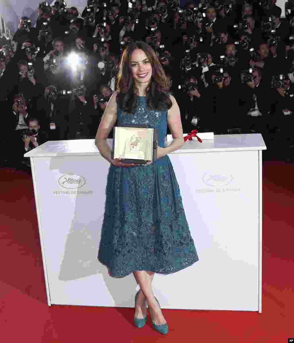 "Berenice Bejo poses with the Best Actress award for her role in ""The Past"" at the 66th Cannes Film Festival, May 26, 2013."