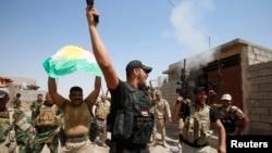 Pasukan Kurdi Irak (Peshmerga) merayakan kemenangan saat merebut Sulaiman Bek dari militan ISIS (1/9).