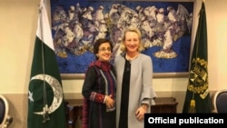 اعلیٰ امریکی سفارتکار ایلس ویلز اور پاکستان سیکرٹری خارجہ تہمینہ جنجوعہ (فائل فوٹو)