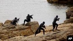 """""""No hay obstáculos insuperables...pero sí impactos previsibles"""" dijo el superintendente de la Academia Naval de EE.UU. sobre el ingreso de mujeres a los Navy SEALs.Sessão de treino de uma unidade de elite dos Navy Seals"""