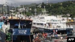 Une vue générale du port de Mutsamudu, la capitale de l'Union des Comores d'Anjouan, montre un pêcheur en attente de bateaux arrivant le 21 mars 2018.