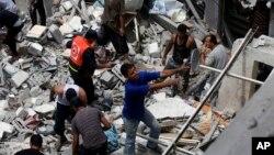 Warga Palestina mencari korban di antara reruntuhan rumah keluarga al-Bakri di Gaza yang hancur akibat serangan udara Israel, Senin (4/8).