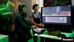 Des joueurs jouent à Minecraft lors de la Paris Games Week (PGW), un salon dédié aux jeux vidéo à Paris, en France.