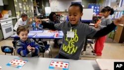 Niños de primaria juegan durante una de sus clases en la escuela.
