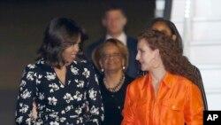 Michelle Obama dan istri Raja Maroko, Putri Lalla Selma, di Marrakesh, Maroko (27/6). (AP/ Abdeljalil Bounhar)