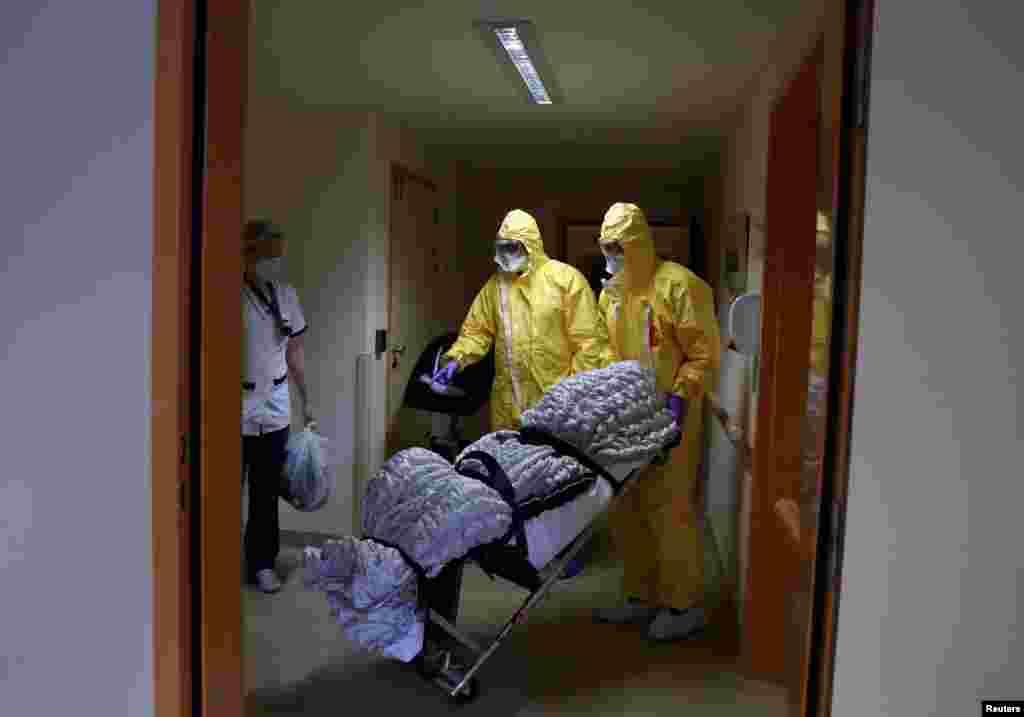 Belçika - Brüssel, Koronavirusdan ölənin cəsədi daşınır