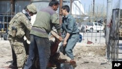 Vụ đánh bom tự sát hôm 4/4 ở miền Bắc Afghanistan làm ít nhất 13 người chết, trong đó có 3 binh sĩ Mỹ.
