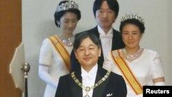 "Kaisar Jepang Naruhito, Permaisuri Masako, Putra Mahkota Akishino dan Putri Mahkota Kiko menghadiri ritual ""Kenki-to-Shokei-no-gi"" atau upacara untuk menerima warisan regalia dan stempel kerajaan di Istana kekaisaran di Tokyo, Jepang, 1 Mei. 2019. (Foto: Kyodo via Reuters)"