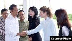 Presiden Jokowi menerima kedatangan tim Museum Madame Tussauds Hong Kong di Jakarta, Rabu 12/10 (foto: Biro Setpres RI).