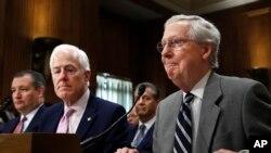 德克萨斯州参议员克鲁兹(左),德克萨斯州联邦参议员约翰·科恩,和参议员多数党领导人麦康奈尔在参议员外交委员听证会上(资料照片)