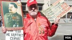 2013年5月1日俄罗斯共产党在莫斯科市中心组织游行集会,其中的一名斯大林支持者。