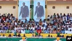 Burkina Faso's President Blaise Compaore and candidate for the November 21, 2010 presidential election and his wife Chantal (C) attends a campaign meeting in Ouagadougoon, 19 Nov 2010