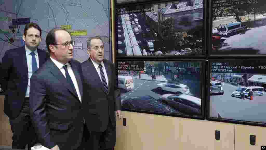 Le président français François Hollande visite le quartier général de la police de Paris avec le ministre de l'Intérieur, Matthias Fekl, le 21 avril 2017.