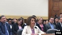 2019年6月4日,美国国会议长佩洛西(House Speaker Nancy Pelosi, D-CA)出席天安门事件30周年听证会。(美国之音记者李逸华拍摄)