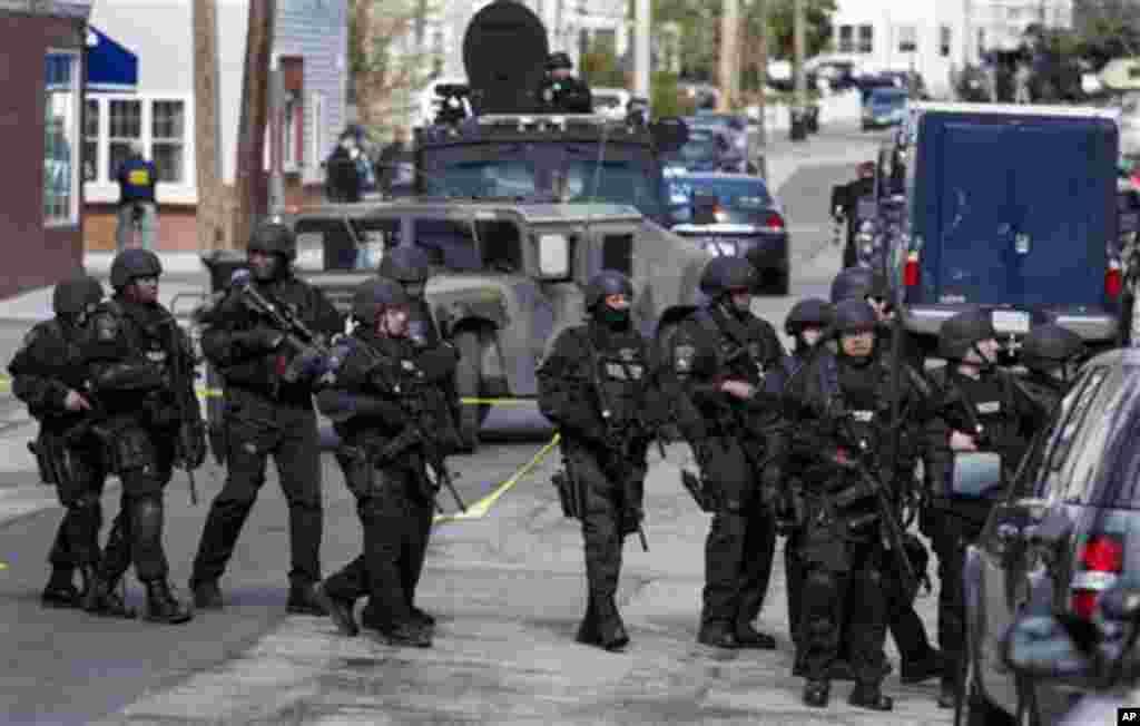 Cảnh sát trang bị vũ khí tiếp tục tuần tra các khu phố tại Watertown, Massachusetts, ngày 19/4/2013.