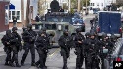 4月19日,全副武装的警察在波士顿的沃特敦巡逻