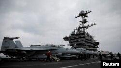 Винищувачі F-18 на борту есмінця США Harry S. Truman