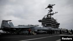 ເຮືອບິນລົບ F-18 ທີ່ຈອດໄວ້ ເທິງກຳປັ່ນບັນທຸກເຮືອບິນແຮຣີ ທຣູແມນ (Harry S. Truman) ໃນທະເລເມດິແຕເຣນຽນ. (ວັນທີ 5 ພຶດສະພາ 2018)