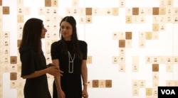 امیلی پرینس همراه با متصدی نمایشگاهش آسما نعیم در موزه ملی پرتره