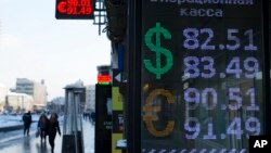 지난 1월 러시아 모스크바의 환전소에 달러 환율이 게시되어있다. (자료사진)