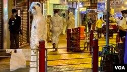 佐敦封鎖區解封前仍有大批穿著全套保護衣的工作人員在場工作。(美國之音湯惠芸)